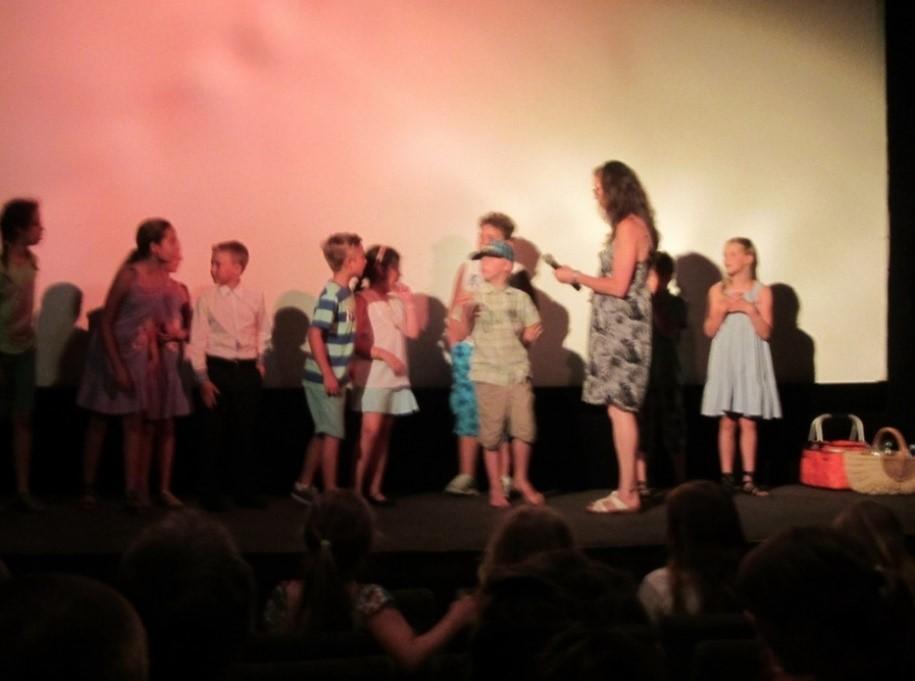 Der Kinder im Mittelpunkt e. V. spendete der KiTa St. Ulrich & Afra 1000€, um ein theaterstück aufführen zu können.