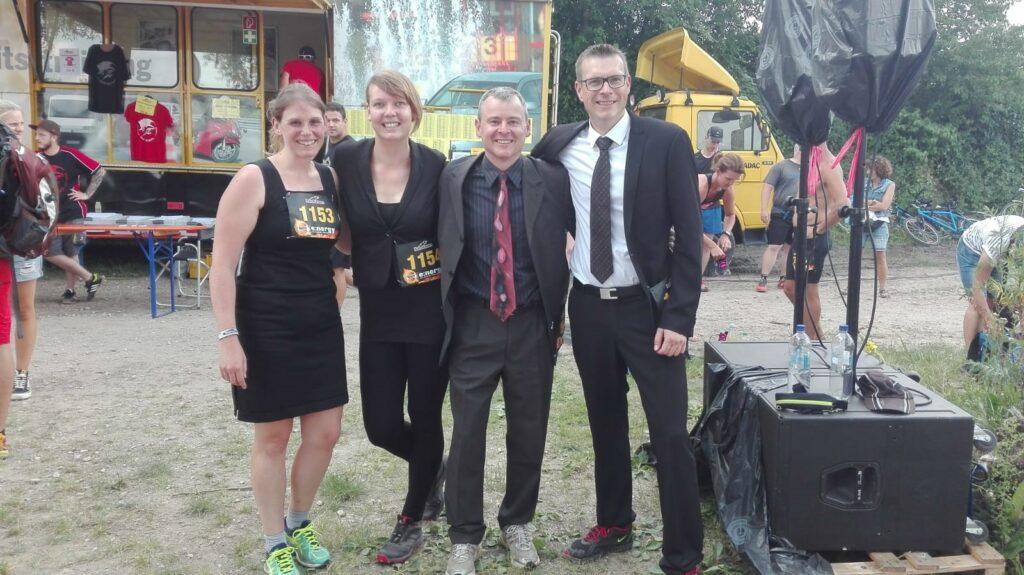 Sandra Schneider, Carolin Fuchs, Michael Kralik und Tim Fieger bevor sie den Hindernislauf antreten