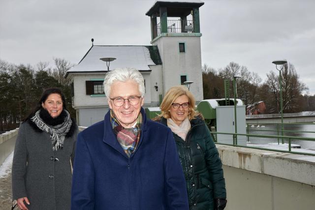 Rolf Settelmeier, Vorstandsvorsitzender, mit Bereichsdirektorin Ursula Brandhorst-Burk (rechte Seite) und stellv. Bereichsleitung Petra Schöll (links im Bild), beide Nachhaltigkeit und Zukunftsstrategien