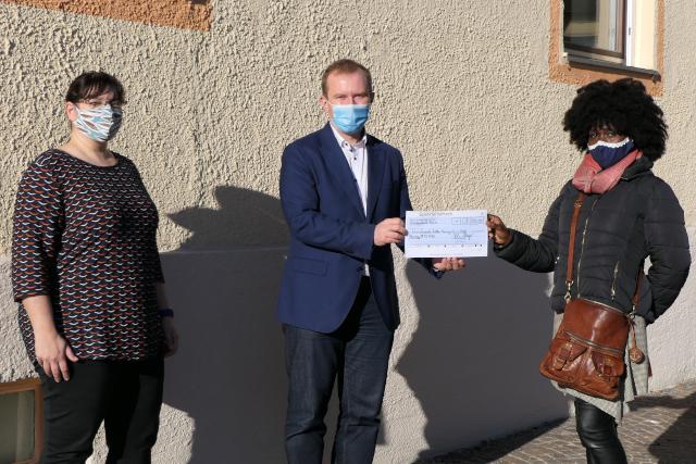 Erster Bürgermeister in Mering Florian A. Mayer übergibt die Spende symbolisch an die Vereinsvorsitzende IKM InternationaleKultur Mering e. V. Maureen Lermer und Irene Rahman.