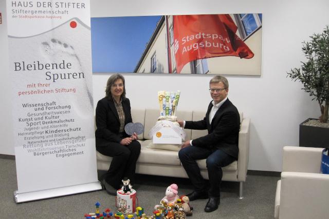 Stiftungsberaterin Susanne Stippler brachte Thomas Kleist , Geschäftsführer Lichtblicke e. V., den Erlös aus der Münzsammlung symbolisch vorbei.
