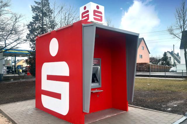 Das Bild zeigt den neuen SB-Würfel Geldautomat